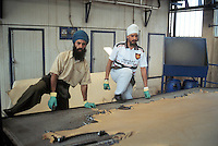 - Sikh Indian immigrates working in a tannery....- immigrati indiani Sikh lavorano in conceria