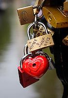 Liefdessloten vastgemaakt aan een brug