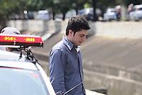 SAO PAULO, SP, 10 MARÇO 2013 -Alex (não foi identificado o sobrenome),suspeito de ter atropelado um ciclista na Avenida Paulista, altura da Brigadeiro Luiz Antônio, na manhã deste domingo (10), é visto auxiliando busca na avenida Ricardo Jafet para resgate de mebro superior do ciclista na manha deste domingo.   (FOTO: ADRIANO LIMA / BRAZIL PHOTO PRESS).