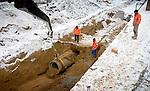 HEERLEN - In Heerlen zijn medewerkers van Timmermans Grond- Weg- en Waterbouw uit Heerlen bezig met rioleringsbuizen voor het nieuwe bergbezinkbassin Nieuw Eyckholt. In opdracht van de gemeente is een grote betonnen bak gebouwd waar in geheel van onverwachts hevige regenval overtollig water kan worden opgevangen. Om opdrijven van de betonnnen kolos te voorkomen heeft Volker Staal en Funderingen de bak met 184 vertikale Gewi-ankers vastgezet. Volgens de planning zou het bassin rond Kerstmis klaar moeten zijn. COPYRIGHT TON BORSBOOM