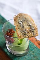 Europe/France/Bretagne/29/Finistère/Plomodiern:   Crème de petits pois mentholés et son boucané de lardons, feuille de sardines recette d' Olivier Bellin de l'Auberge des Glazicks