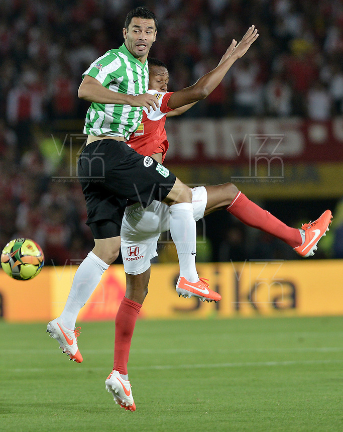 BOGOTÁ -COLOMBIA, 07-05-2014. Jonathan Copete (Der) de Independiente Santa Fe disputa el balón con Francisco Najera (Izq) del Atlético Nacional durante partido de ida por las semifinales de la Liga Postobón  I 2014 jugado en el estadio Nemesio Camacho el Campín de la ciudad de Bogotá./ Independiente Santa Fe player Jonathan Copete (R) fights for the ball with Atletico Nacional player Francisco Najera (L) during first leg match for the semifinals of the Postobon League I 2014 played at Nemesio Camacho El Campin stadium in Bogotá city. Photo: VizzorImage/ Gabriel Aponte / Staff