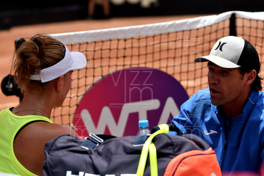 BOGOTÁ-COLOMBIA, 13-04-2019: Beatriz Haddad (BRA), recibe instrucciones de su técnico, durante partido por la semifinal del Claro Colsanitas WTA, que se realiza en el Carmel Club en la ciudad de Bogotá. / Beatriz Haddad (BRA), receives instructions of her coach, during a match for the semifinal of the WTA Claro Colsanitas, which takes place at Carmel Club in Bogota city. / Photo: VizzorImage / Luis Ramírez / Staff.