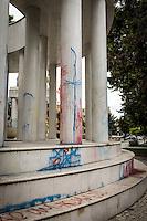 Makedonien. Skopje og Ohrid. <br /> Protestbev&aelig;gelsen The Colourful Revolution har overspr&oslash;jtet officielle bygninger og statuer i Skopjes centrum med maling i mange farver. Bygningerne, mange af dem i klassisk, pomp&oslash;s stil, og de k&aelig;mpe statuer er et prestigeprojekt fra 2014 for regeringen, men en del af befolkningen, hvoraf 28 procent er arbejdsl&oslash;se, kalder det et Disneyland og mener de fire milliarder, det har kostet, kunne have v&aelig;ret brugt bedre.<br /> Foto: Jens Panduro