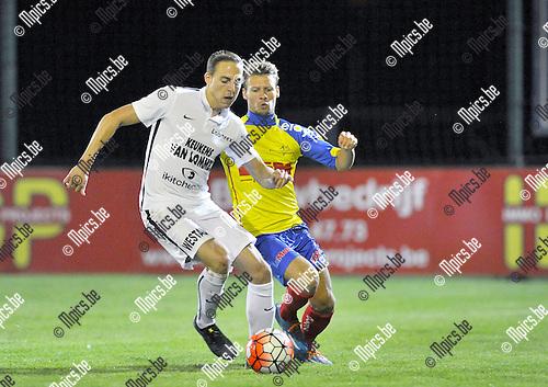 2015-09-05 / voetbal / seizoen 2015-2016 / Oosterzonen - Sprimont / Olivier Schops (l) (Oosterzonen) heeft controle over de bal onder druk van Anthony Manfredi (r) (Sprimont)