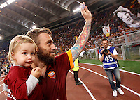 Calcio, Serie A: Roma vs Palermo. Roma, stadio Olimpico, 31 maggio 2015.<br /> Roma's Daniele De Rossi waves to fans as he holds his daughter Olivia in his arms at the end of the Italian Serie A football match between Roma and Palermo at Rome's Olympic stadium, 31 May 2015.<br /> UPDATE IMAGES PRESS/Riccardo De Luca