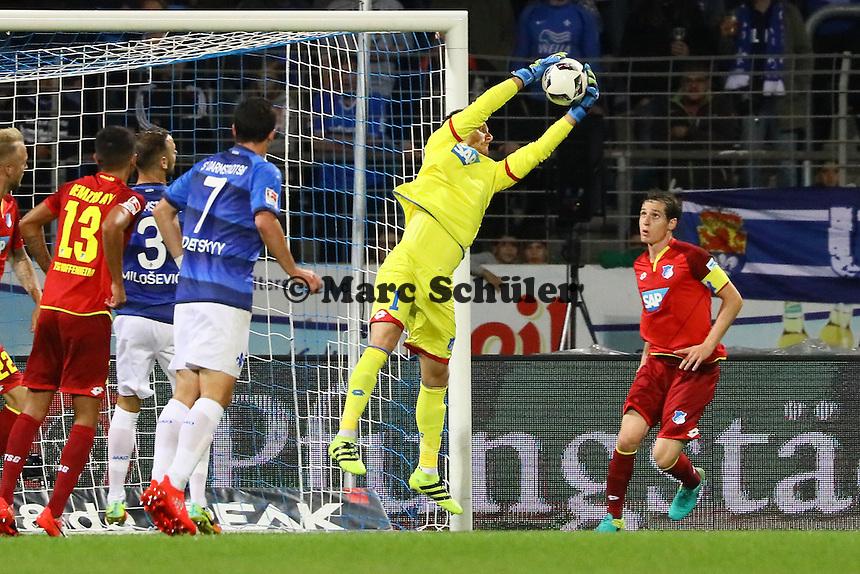 Torwart Oliver Baumann (TSG 1899 Hoffenheim) hält - SV Darmstadt 98 vs. TSG 1899 Hoffenheim, Johnny Heimes Stadion am Boellenfalltor