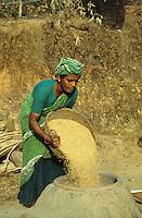 INDIA Karnataka Taccode, woman boils paddy at a farm near Mangalore / INDIEN Frau kocht Reis auf einem Bauernhof