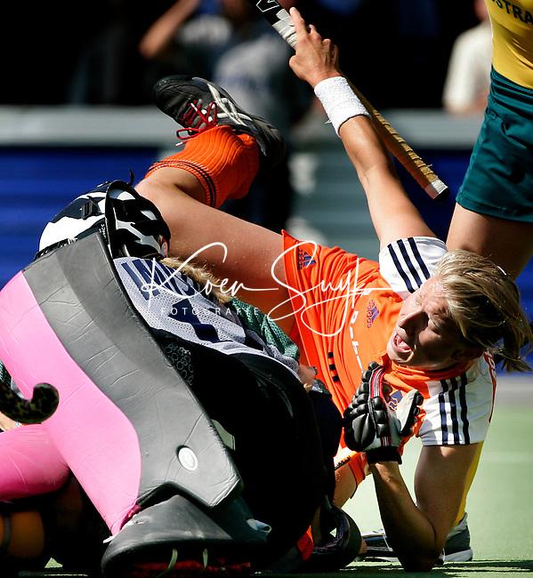 AMSTELVEEN - Janneke Schopman stuit op de Australische keeper Rachel Imison, tijdens de wedstrijd Nederland-Australie (0-0) om de Rabo Champions Trophy 2006 in Amstelveen.<br /> Koen Suyk Ramplaan 9a, 2015GR Haalem 06-53427677