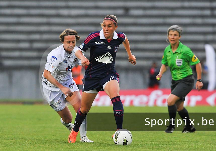Football Club Feminin Juvisy Essonne - Olympique Lyon :.Camille Abily voor Sandrine Soubeyrand.foto DAVID CATRY / JOKE VUYLSTEKE / Vrouwenteam.be