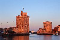 France/17/Charente Maritime/La Rochelle: Le vieux port, lumière du soir sur les tours