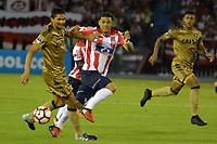 BARRANQUIILLA - COLOMBIA, 02-11-2017: Teofilo Gutierrez (Izq) del Atlético Junior de Colombia disputa el balón con Duval (Der) jugador de Sport Recife de Brasil durante partido de vuelta por los cuartos de final, llave 3, de la Copa CONMEBOL Sudamericana 2017  jugado en el estadio Metropolitano Roberto Meléndez de la ciudad de Barranquilla. / Teofilo Gutierrez (L) player of Atlético Junior of Colombia struggles the ball with Duval (R) player of Sport Recife of Brazil during second leg match for the final quarters, key 3, of the Copa CONMEBOL Sudamericana 2017played at Metropolitano Roberto Melendez stadium in Barranquilla city.  Photo: VizzorImage/ Alfonso Cervantes / Cont