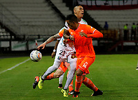 MANIZALES - COLOMBIA, 28-10-2017: Gilberto Alcatraz Garcia (Izq) de Once Caldas disputa el balón con Daniel Londoño (Der) de Envigado FC durante parttido por la fecha 17 de Liga Águila II 2017 jugado en el estadio Palogrande de la ciudad de Manizales. / Gilberto Alcatraz Garcia (L) player of Once Caldas fights for the ball with Daniel Londoño  (R) player of Envigado FC during match for the date 17 of the Aguila League II 2017 played at Palogrande stadium in Manizales city. Photo: VizzorImage / Santiago Osorio / Cont