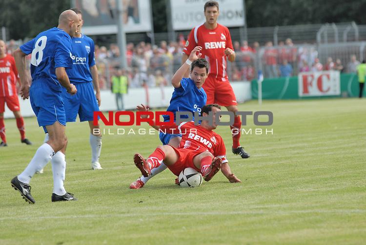 DFB Pokal 2009/2010,  1. Hauptrunde,  BSV Kickers Emden vs. 1. FC KŲln,  <br /> Petit (KŲln #8 rot) auf dem Ball sitzend gegen Miguel Hauptmann (Emden #7 blau)<br /> <br /> Foto &copy; nph (  nordphoto  )<br /> <br />  *** Local Caption *** <br /> Fotos sind ohne vorherigen schriftliche Zustimmung ausschliesslich fŁr redaktionelle Publikationszwecke zu verwenden.<br /> <br /> Auf Anfrage in hoeherer Qualitaet/Aufloesung