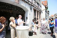 Rede von Monroe Kahn vor dem letzten Wohnhaus der von den Nazis vertriebenen Familie Kahn - Stolpersteinverlegung in Geinsheim