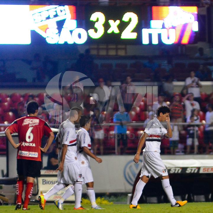 SÃO PAULO, SP, 16 DE FEVEREIRO DE 2013 - CAMPEONATO PAULISTA - SÃO PAULO x ITUANO: Ganso (d) comemora gol durante partida São Paulo x Ituano, válida pela 8ª rodada do Campeonato Paulista de 2013, disputada no estádio do Morumbi em São Paulo. FOTO: LEVI BIANCO - BRAZIL PHOTO PRESS.
