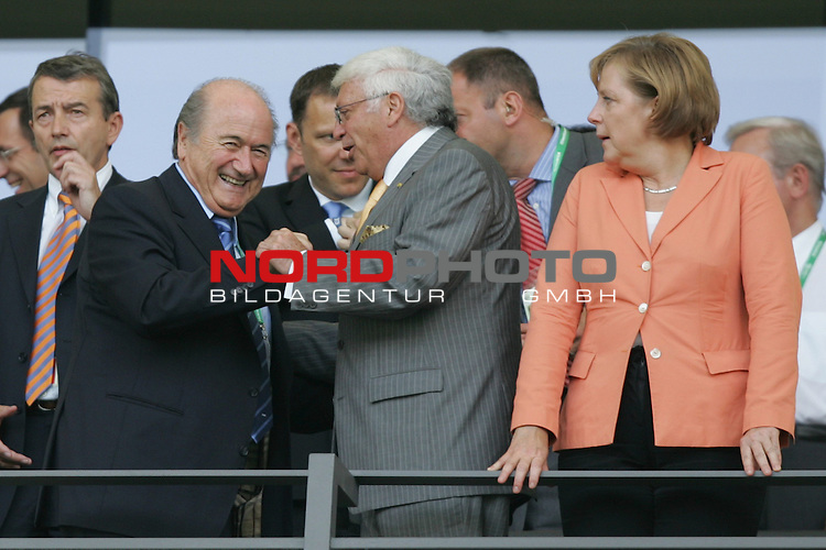 FIFA WM 2006 -  Gruppe A  Vorrunde ( Group A )<br /> Play   #33 (20-Jun) - Ecuador - Deutschland 0:3<br /> <br /> Herzliche Begr&uuml;&szlig;ung f&uuml;r FIFA Pr&auml;sident Sepp Blatter (links).<br /> Bundeskanzlerin Dr. Angela Merkel (rechts) schaut staunend zu.<br /> <br /> Foto &copy; nordphoto