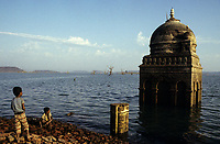 INDIA, state Madhya Pradesh, Narmada river and dams, reservoir of Narmada dam at Bargi, submerged Hindu temple / INDIEN, Narmadas Fluss und Staudaemme, Stausee des Bargi Staudamm, im Stausee versunkener Hindu Tempel