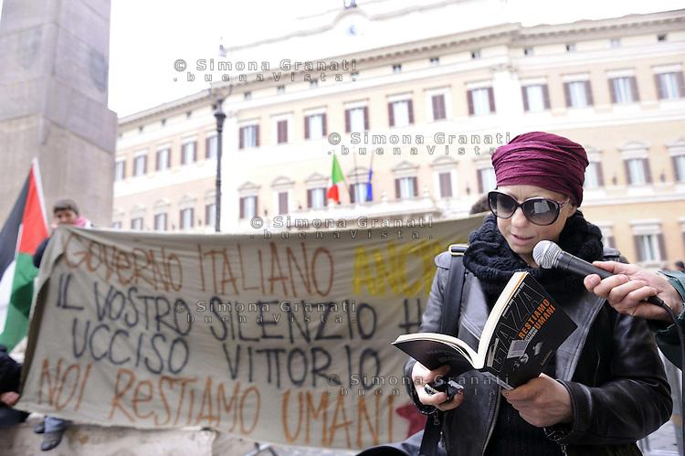 """Roma,15 Aprile 2011.Piazza Montecitorio, palazzo del Parlamento.Presidio e conferenza stampa della Rete Romana in solidarietà con la Palestina per ricordare Vittorio Arrigoni ucciso nella notte e contro l'occupazione israeliana. .Il libro""""Gaza, restiamo umani di Vittorio Arrigoni"""""""