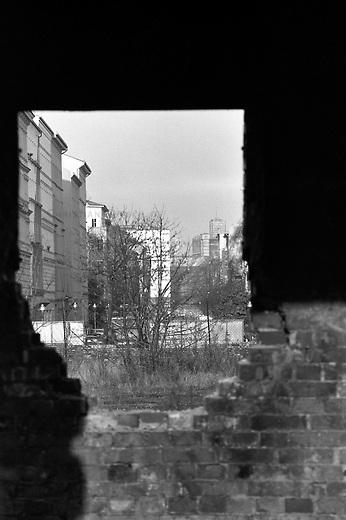 Goerlitzer Park in Berlin Kreuzberg.<br /> Hier: Blick aus einem ehemaligen Bahnschuppen in Richtung Cuvry Strasse. Draussen sind bereits die Schienen des ehmaligen Bahnhof abtransportiert und die Bauarbeiten zur Umgestaltung des Gelaendes in einen Park sind im Gange.<br /> 1.11.1987, Berlin<br /> Copyright: Christian-Ditsch.de<br /> [Inhaltsveraendernde Manipulation des Fotos nur nach ausdruecklicher Genehmigung des Fotografen. Vereinbarungen ueber Abtretung von Persoenlichkeitsrechten/Model Release der abgebildeten Person/Personen liegen nicht vor. NO MODEL RELEASE! Nur fuer Redaktionelle Zwecke. Don't publish without copyright Christian-Ditsch.de, Veroeffentlichung nur mit Fotografennennung, sowie gegen Honorar, MwSt. und Beleg. Konto: I N G - D i B a, IBAN DE58500105175400192269, BIC INGDDEFFXXX, Kontakt: post@christian-ditsch.de<br /> Bei der Bearbeitung der Dateiinformationen darf die Urheberkennzeichnung in den EXIF- und  IPTC-Daten nicht entfernt werden, diese sind in digitalen Medien nach &sect;95c UrhG rechtlich geschuetzt. Der Urhebervermerk wird gemaess &sect;13 UrhG verlangt.]