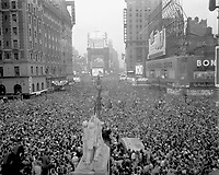 V-J Day in New York City.  Crowds gather in Times Square to celebrate the surrender of Japn, August 15, 1945.  Sgt. Reg. Kenny.  (Army)<br /> NARA FILE #:  111-SC-329414<br /> WAR &amp; CONFLICT BOOK #:  1359
