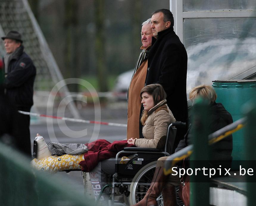 Dames Zulte - Waregem - RSC Anderlecht : Stefanie Ninclaus in de rolstoel voor Jean De Winne.foto DAVID CATRY / VROUWENTEAM.BE