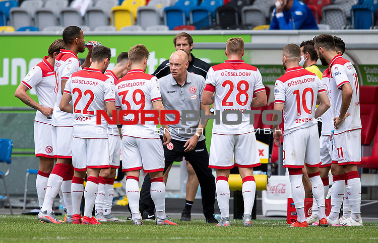Trainer Uwe ROESLER (Rösler)(D) umringt von seinen Spielern, <br />
