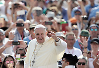 Papa Francesco saluta i fedeli al suo arrivo all'udienza generale del mercoledi' in Piazza San Pietro, Citta' del Vaticano, 30 agosto, 2017.<br /> Pope Francis waves to faithful as he arrives to lead his weekly general audience in St. Peter's Square at the Vatican on August 30, 2017.<br /> UPDATE IMAGES PRESS/Isabella Bonotto<br /> <br /> STRICTLY ONLY FOR EDITORIAL USE