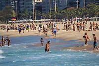 RJ. Rio de Janeiro. 28.07.2020. FLEXIBILIZAÇÃO Movimentação de banhistas na praia da Leme, zona sul, na flexibilização do isolamento social contra o coronavírus nesta terça-feira (28).  (Foto: Ellan Lustosa / Código 19).