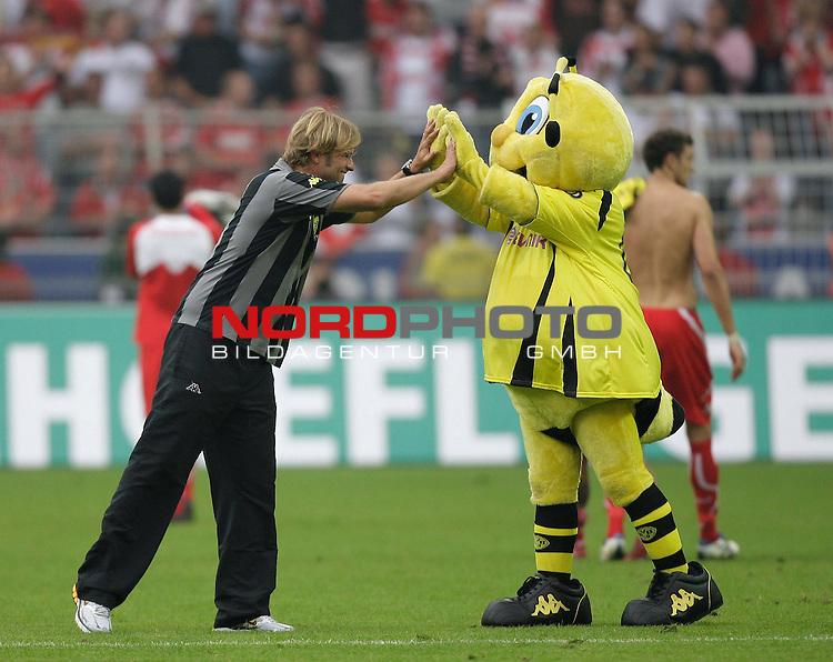 1. FBL  2009/2010  Hinrunde, 1. Spieltag<br /> Borussia Dortmund -  1. FC KŲln<br /> Dortmunds Trainer JŁrgen / Juergen Klopp (GER) mit Makkottchen Emma nach dem 1.0-Sieg<br /> GanzkŲrper / Querformat<br /> <br /> Foto &copy; nph (  nordphoto  )<br /> <br /> <br /> <br />  *** Local Caption ***
