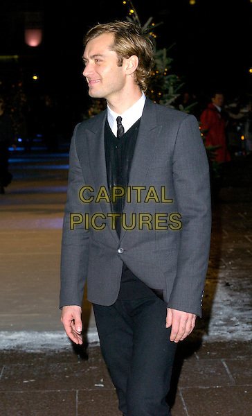 """JUDE LAW.At the UK Film Premiere of """"The Holiday"""", Odeon Leicester Square, London, UK..December 5th 2006.half length grey gray suit jacket.CAP/CAN.©Can Nguyen/Capital Pictures"""