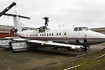 """Foto: VidiPhoto<br /> <br /> VEEN – Het in elkaar zetten van een vliegtuig kost meer tijd dan gedacht. Dat is de conclusie van Tonny Bouman uit het Brabantse Veen nadat hij zaterdag een poging deed om een Dash 7 passagiersvliegtuig te monteren. De eigenaar van een bouwmarkt kocht het uit 1982 daterende vliegtuig op een veiling als """"eye catcher"""" om zo meer klandizie te genereren. Zijn vorig aankoop, een Russische helicopter, zorgde voor een omzetstijging van 25 procent. De Dash (DHC 7) is van Canadese makelij en is jarenlang ingezet voor het transporteren van Nederlandse militairen in Afghanistan. De verdwenen passagiersstoelen (60 stuks) worden door Bouman weer teruggeplaatst. Verder zijn de motoren en alle nog bruikbare en kostbare apparatuur verwijderd. Voor 20 december wil Bouman het toestel klaar hebben."""