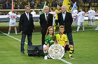 FUSSBALL   1. BUNDESLIGA   SAISON 2012/2013   1. SPIELTAG Borussia Dortmund - SV Werder Bremen                  24.08.2012      Gurppenbild mit Schale: Arnold Pico Schuetz, Reinhard Rauball und Hans Tilkowski (v.l.)
