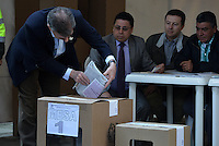 BOGOTÁ -COLOMBIA. 09-03-2014. Juan Manuel Santos, presidente de Colombia ejerce su derecho al voto al inicio de las elecciones parlamentarias en Bogotá, Colombia, hoy 9 de marzo de 2014. Los colombianos elegirán por voto directo en las urnas 102 nuevos miembros del Senado de la República, 166 representantes a la Cámara de Representantes y 5 representantes al Parlamento Andino./ Juan Manuel Santos, president of Colombia, exerts his right to vote at the beginning of the parliamentary elections in Bogota, Colombia, today March 9, 2014. Colombians will elect by direct vote at the polls 102 new members of the Senate, 166 representatives to the House of Representatives and five representatives to the Andean Parliament. Photo: VizzorImage/ Gabriel Aponte / Staff