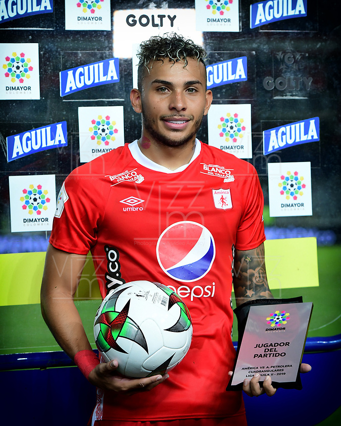 CALI - COLOMBIA, 14-11-2019: Duvan Vergara recibe el premio al mejor jugador después del partido por la fecha 2, cuadrangulares semifinales, de la Liga Águila II 2019 entre América Cali y Atlético Alianza jugado en el estadio Pascual Guerrero de la ciudad de Cali. / Duvan Vergara receives the best player award after match for the date 2, quadrangular semifinals, as part of Aguila League II 2019 between America de Cali and Alianza Petrolera played at Pascual Guerrero stadium in Cali. Photo: VizzorImage / Nelson Rios / Cont