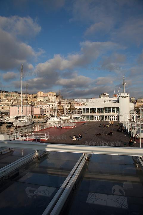 Ragazzi sulla barca immensa che ospita l'acquario di Genova.