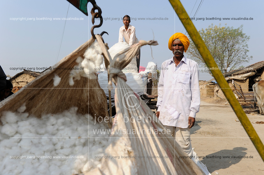 India Madhya Pradesh, farmer sells BT cotton to money lender / INDIEN, Bauer verkauft Baumwolle an einen Haendler Geldverleiher