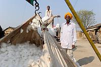 India Madhya Pradesh, farmer sells BT cotton to money lender / INDIEN, Bauer verkauft Baumwolle an einen Haendler Geldverleiher