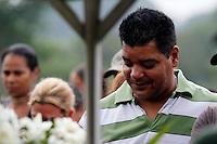 SÃO PAULO,SP 27 FEVEREIRO 2012 ENTERRO GAROTO JET SKY<br /> O Pai do garoto Mitchel de Carvalho que morreu no domingo em uma acidente de jet sky em uma represa dentro do Clube Náutico Tahit durante o enterro realizado na terde de hoje no cemiterio da vila formosa na zona leste.FOTO ALE VIANNA/BRAZIL PHOTO PRESS.