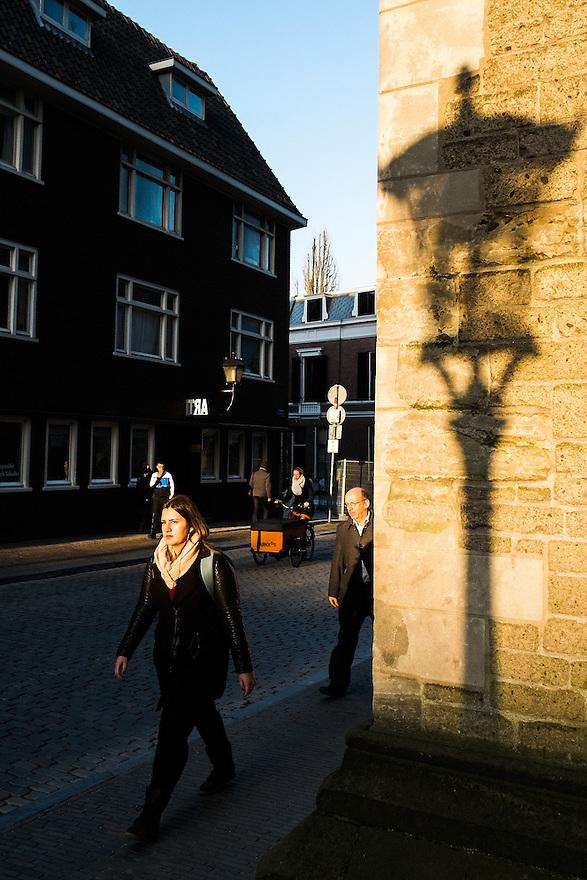 Nederland, Utrecht, 5 maart 2014<br /> Mensen lopen naar huis in laat wintermiddaglicht<br /> <br /> Foto(c): Michiel Wijnbergh