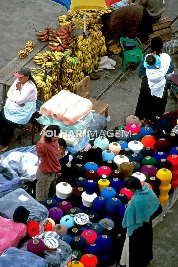 Feira de artesanato em Otavalo, Equador. 1997. Foto de Juca Martins.