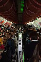 """SÃO PAULO-SP-28,08,2014-IBGE/INSTITUTO BRASILEIRO DE GEOGRAFIA E ESTÁTISCA - O IBGE divulga nova estimativa para população brasileira que chega aos 202.768.562 habitantes.A nova estimativa foi publicada no """"DIÁRIO Oficial da União"""" nessa quinta-feira,28 e a data referência é de 1° de Julho de 2014/Fotos da Estação Amarela do Metro-Linha 4-Estação Paulista ;região centro sul da cidade de São Paulo,na noite dessa quinta-feira,20(Foto:Kevin David/Brazil Photo Press)"""