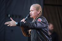 Am Samstag den 13. Oktober 2018 demonstrierten nach Veranstalterangaben ueber 240.000 Menschen in Berlin mit der Demonstration #unteilbar gegen den Rechtsruck in der Gesellschaft und der Politik. Sie forderten &quot;Eine offene und freie Gesellschaft - Solidaritaet statt Ausgrenzung&quot;.<br /> Die Demonstration zog vom Alexanderplatz zur Siegessaeule, wo die Abschlusskundgebung mit Redebeitraegen und Livemusik, u.a. mit Herbert Groenemyer, stattfand.<br /> Im Buld: Der Berliner Saenger Romano.<br /> 13.10.2018, Berlin<br /> Copyright: Christian-Ditsch.de<br /> [Inhaltsveraendernde Manipulation des Fotos nur nach ausdruecklicher Genehmigung des Fotografen. Vereinbarungen ueber Abtretung von Persoenlichkeitsrechten/Model Release der abgebildeten Person/Personen liegen nicht vor. NO MODEL RELEASE! Nur fuer Redaktionelle Zwecke. Don't publish without copyright Christian-Ditsch.de, Veroeffentlichung nur mit Fotografennennung, sowie gegen Honorar, MwSt. und Beleg. Konto: I N G - D i B a, IBAN DE58500105175400192269, BIC INGDDEFFXXX, Kontakt: post@christian-ditsch.de<br /> Bei der Bearbeitung der Dateiinformationen darf die Urheberkennzeichnung in den EXIF- und  IPTC-Daten nicht entfernt werden, diese sind in digitalen Medien nach &sect;95c UrhG rechtlich geschuetzt. Der Urhebervermerk wird gemaess &sect;13 UrhG verlangt.]