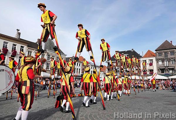Nederland - Bergen op Zoom - 16 september 2018. De Koninklijke Steltenlopers van Merchtem.  Op zondag 16 september 2018 vindt in Bergen op Zoom de Brabant Stoet plaats. Dit is een grootst opgezet festival van de lopende cultuur. Deze vorm van cultuur is kenmerkend voor Brabant. In de Brabant Stoet zijn zo'n honderd vormen van lopende (en rijdende) cultuur te zien zoals gilden, fanfares, steltlopers, reuzen, carnaval, ommegangen en praalwagens. De Brabant Stoet wordt samengesteld met groepen uit zowel Noord-Brabant als Vlaams- en Waals-Brabant.   Foto Berlinda van Dam / Hollandse Hoogte