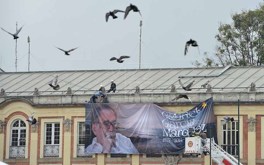 BOGOTA -COLOMBIA. 22-04-2014. Homenaje póstumo al Nobel de Literatura, Gabriel García Marquez, hoy en la Plaza de Bolivar de Bogotá. García Marquez murió a los 87 años de edad en ciudad de México el pasado 17 de abril de 2014. / Posthumous tribute to  Colombian Nobel Prize-Winning Author Gabriel Garcia Marquez at Plaza de Bolivar in Bogota, Colombia. Garcia Marquez died at 87 in Mexico city the last April 17 of 2014. Photo: VizzorImage/ Gabriel Aponte / Staff