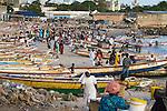 Africa, Afrika, Senegal, 17-09-2011, Dakar, Dakkar, Vismarkt van Dakar, De vis wordt tegen de avond aan wal gebracht door de mannen , waarna de vrouwen de vis verhandelen. . foto: michael Kooren/HH
