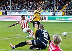 Nederland, Venlo, 30 september 2012.Eredivisie .Seizoen 2012-2013.VVV Venlo-PSV (0-6).Jurgen Locadia (l.) van PSV scoort op aangeven van Ola Toivonen van PSV, 0-4.