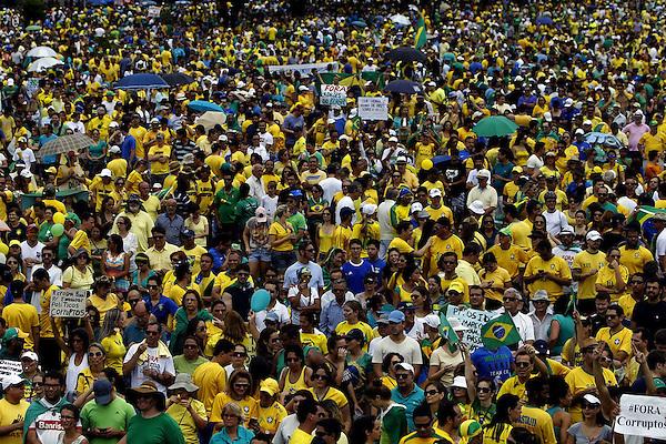 BRA503. BRASILIA (BRASIL), 15/03/2015.- Cientos de personas participan en una manifestación contra la presidenta brasileña, Dilma Rousseff, hoy, domingo 15 de marzo de 2015, en la ciudad de Brasilia (Brasil). Cientos de miles de personas protestaron contra la presidenta Dilma Rousseff, en Brasilia, en el marco de una jornada de manifestaciones convocadas en decenas de ciudades de todo el país. La protesta de Brasilia comenzó a las 9.30 hora local (12.30 GMT) en la explanada de los ministerios y llegó hasta la frente del Congreso Nacional Brasileño, con la participación de grupos de ciudadanos opositores sin vínculo declarado con partidos políticos. Los manifestantes corearon consignas contra Rousseff y el oficialista Partido de los Trabajadores (PT) y en rechazo de la corrupción. EFE/Fernando Bizerra Jr.