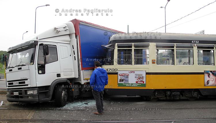 Italia, Milano, 07/09/2010..Incidente stradale..#####.Italy, Milan, 07/09/2010..Road accident..© Andrea Pagliarulo