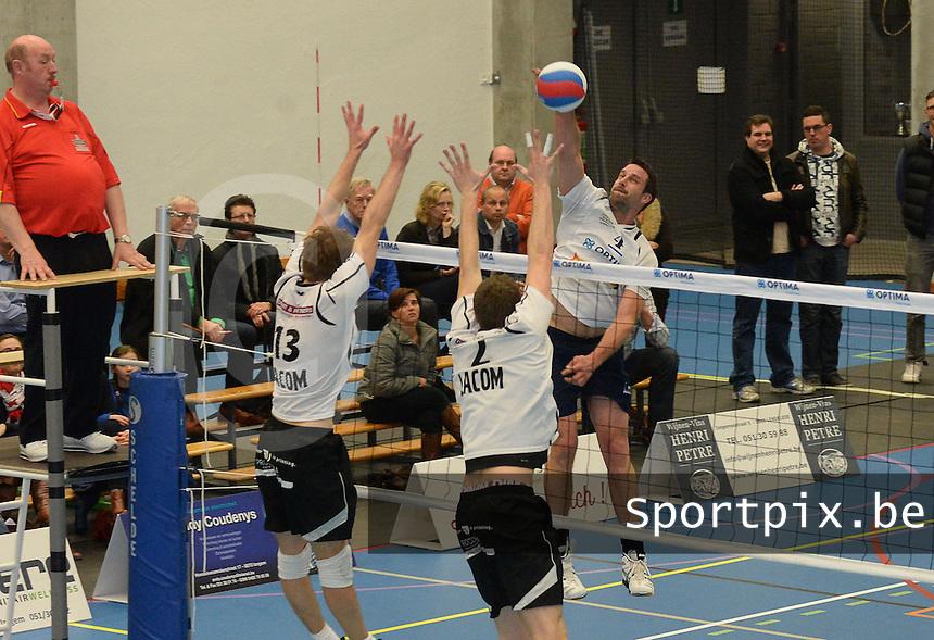 VT Optima Lendelede - Haasrode Leuven :<br /> <br /> smash van Steven Hollez (R) door het blok van Dries Steenhouwer (L) en Niels Huysegoms (M)<br /> <br /> foto VDB / BART VANDENBROUCKE